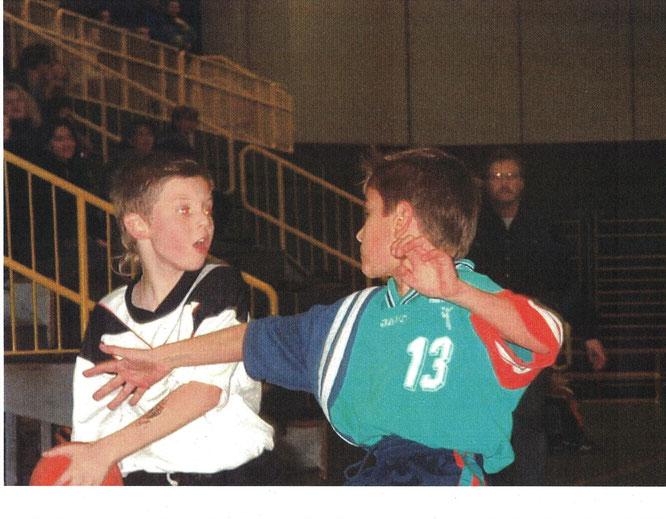 Spielszene SG Waldbruun - HG Eberbach aus dem Jahr 2002 in der Ittertalhalle in Eberbach