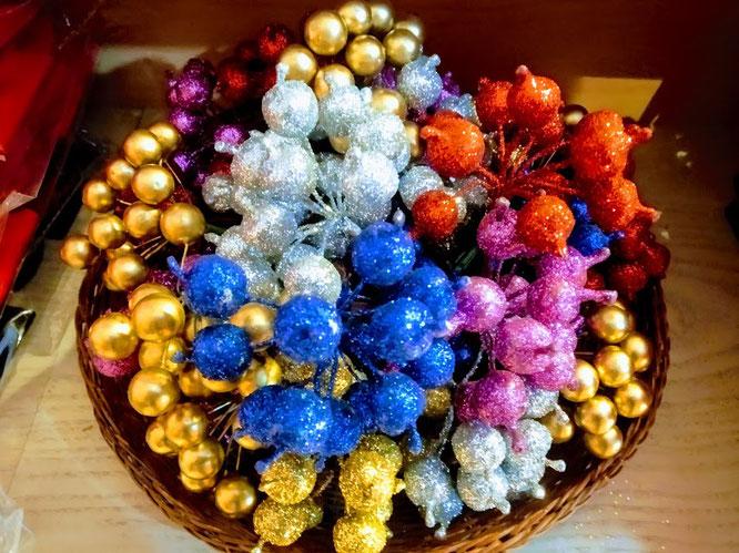 Pic Natalizi glitterati stelle, carte,coccarde,buste di Natale per confezionare i vostri regali, da nucciocreazioni in Via della Basilica 2/c a Torino tutto l'occorrente a disposizione,vi aspettiamo tutti i giorni dalle 10,00 alle 19,30 orario continuato