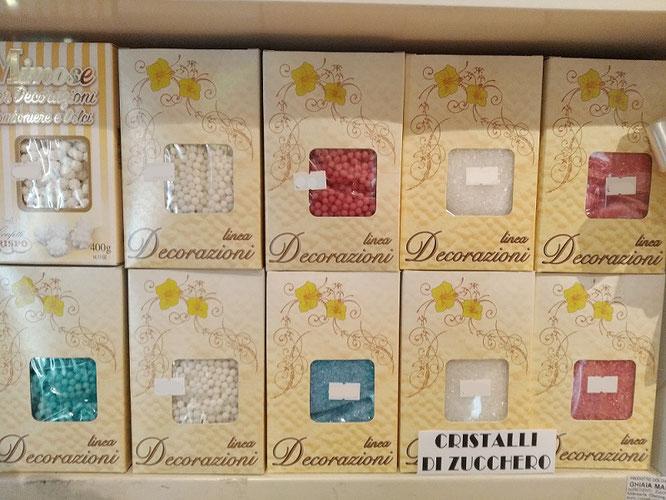 E per confezionare le vostre bomboniere abbiamo confezioni da 400/500 grammi di perle, perline, codette, cristalli di zucchero, cuoricini, letterine,diavolini, stelline,sferici, scagliette di cioccolato