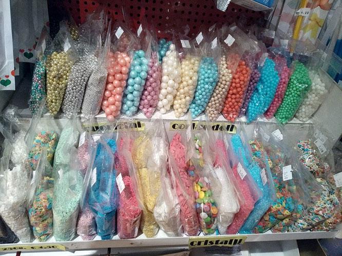 Perle, perline, codette, cristalli di zucchero, cuoricini, letterine,diavolini, stelline,sferici, scagliette di cioccolato