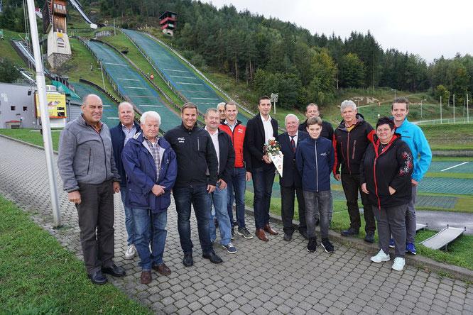 Am Bild der neue Präsident Martin Mayerhofer mit Vizepräsident Reinhold Pirker, den Sportwarten Christoph und Oskar Knauder sowie Vorstandsmitgliedern und den geehrten Sportlern vor der Villacher Alpen-Arena (Foto: RC Mondi Frantschach)