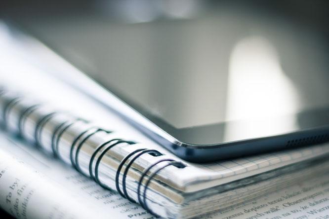 Notizblock und Tablet