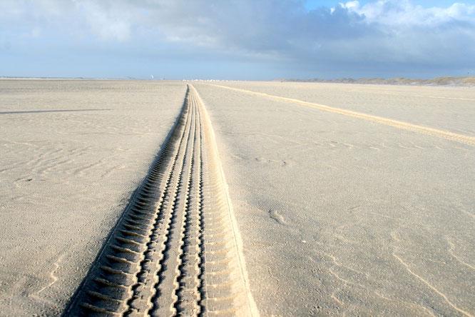 Reifenspur im Sand
