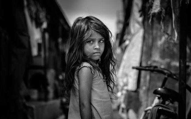 Kind in schwarz/weiß