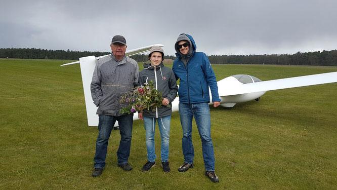 Niklasmoritz Alves Winkler besteht praktische A-Prüfung. Nach seinen ersten drei Alleinstarts gratulieren ihm Fluglehrer Jürgen und Eike