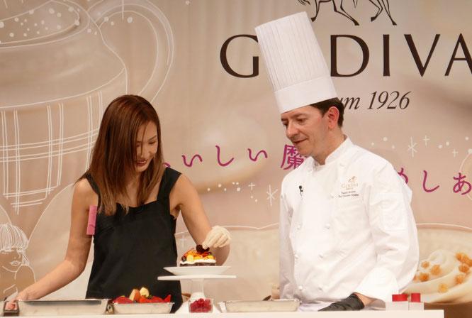 シュヴォロー氏の指導の下で紗栄子がチョコレートケーキ作りにチャレンジ