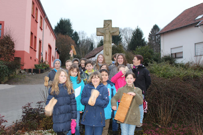 Die Messdiener der Pfarrei Christkönig mit Betreuerin Alexa in Güdesweiler