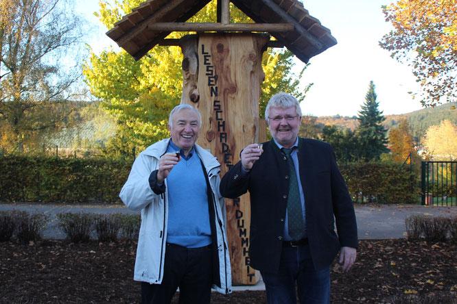 Josef Wagner mit Ortsvorsteher Toni Schäfer vor dem Bücherbaum