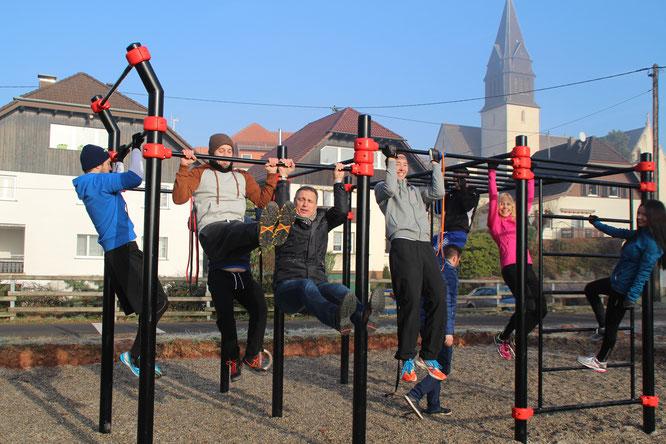 Die Jungs und Mädels mit Bürgermeister Stephan Rausch beim Training