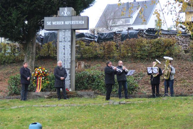 Uwe Schäfer und Toni Schäfer mit dem Musikverein Gronig. Der Kränze in Gronig und Oberthal stammen von Blumen-Ingrid