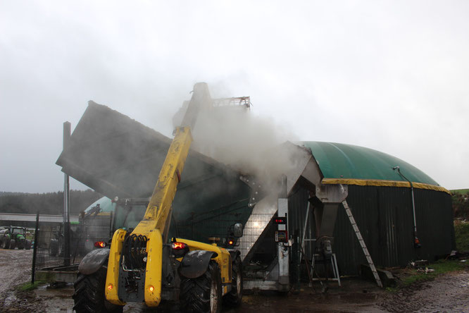 Beim Auffüllen der Biogasanlage mit Getreide