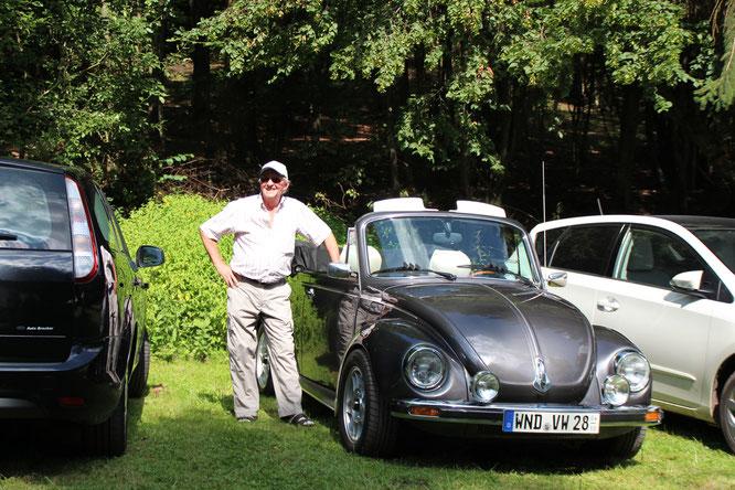 Heinz ein Freund des ASV mit seinem Käfer