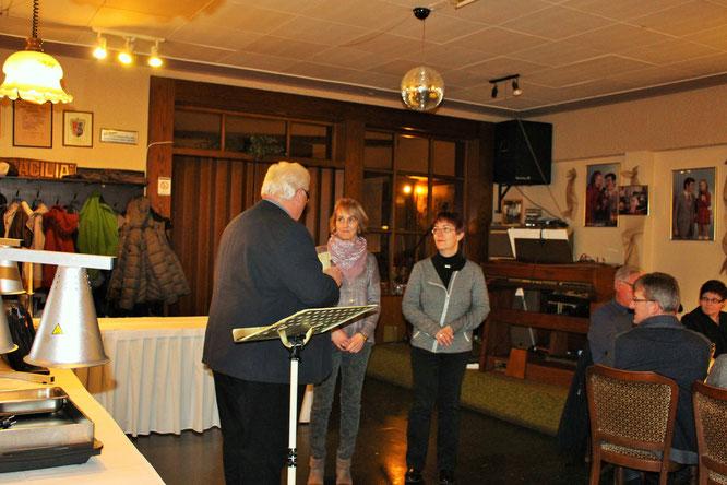 Orstsvorsteher Norbert Rauber ehrt Anne Celik und Alexa Wilhelm