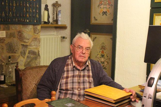 Hubert Bier bei seiner Recherche der Oberthaler Chronik