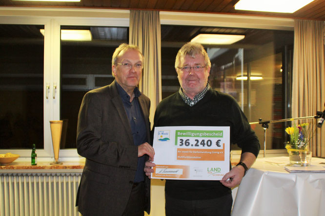 Landrat Udo Recktenwald überreicht Bewilligungsbescheid