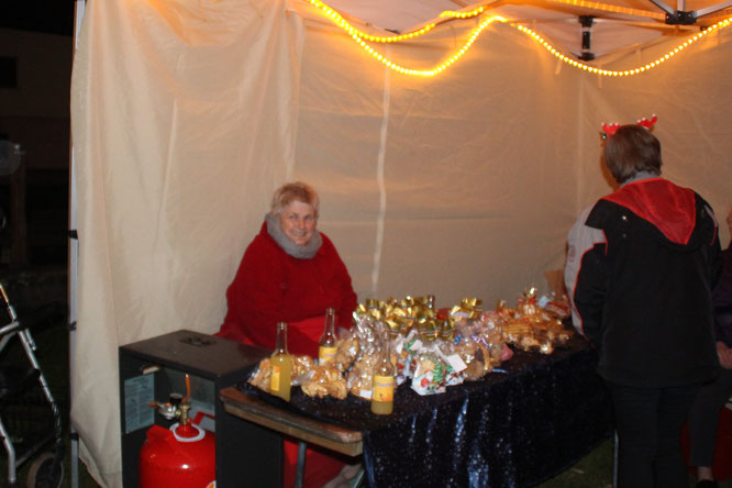 Theresia Jakob beim Verkauf der leckeren Plätzchen