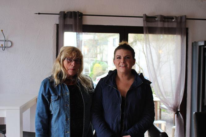 Janina mit ihrer Mutter Monika, die ab und an hilft