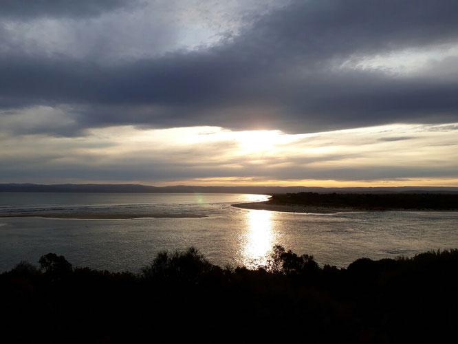 Blick aus dem Strandhaus auf den Sonnenuntergang.