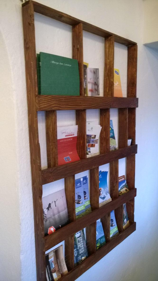 Espositore flyer - realizzato con assi riciclate