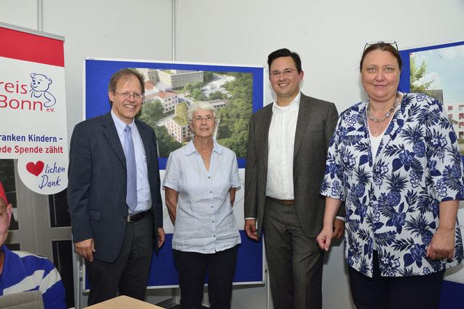 v.l.n.r.: Prof. Dr. Wolfgang Holzgreve, Dr. Gerlind Bode, Jan Hennemann, Prof. Dr. Dagmar Dilloo