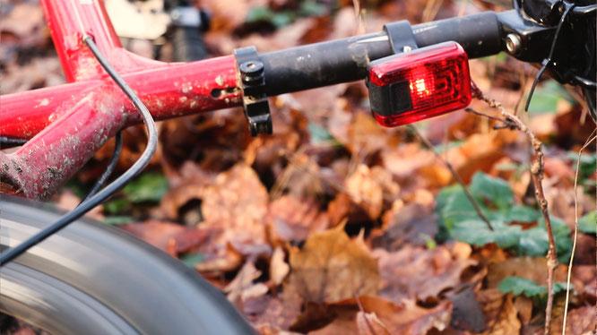 Rückleuchte erkennt Sturz und startet GPS-Notruf / © AXA