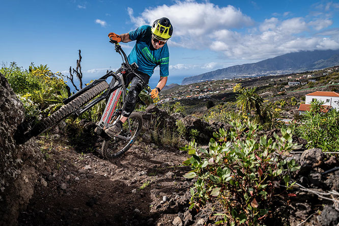 Faszination Uphill: Mit E-Mountainbikes lassen sich auch steile Höhen erobern. Jetzt gibt es mit dem Schwalbe Uphill Flash den ersten Wettbewerb in dieser Disziplin. Foto: Schwalbe