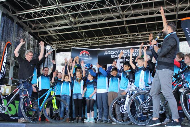 Gewinnerschule auf Bühne ©AKTIONfahrRAD