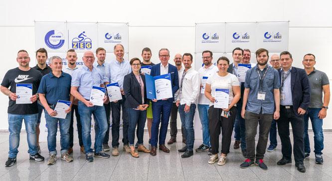 Elf weitere ZEG-Fachhändler wurden von ZEG-Vorstand Egbert Hageböck (Mitte) zuletzt im Kreis der Qualitätswerkstätten begrüßt / ©ZEG