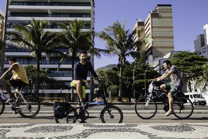 Cem Özulus, der sich auf ein ungewöhnliches Abenteuer einlässt: Auf seinem Tern Link befährt er die berühmte Panamericana von Brasilien bis nach Kanada