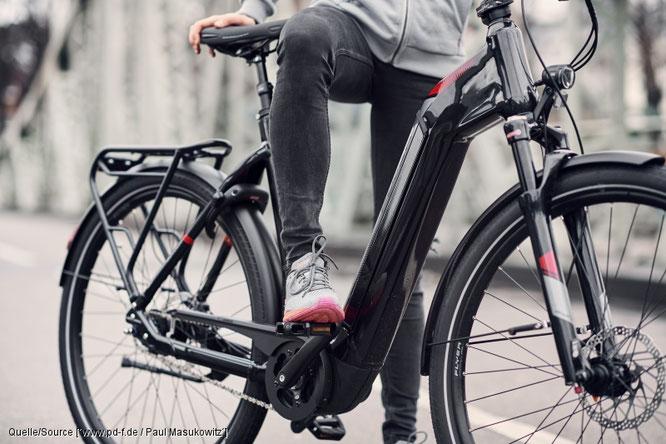 """Immer häufiger findet man bei E-Bikes einen in den großvolumigen Rahmen integrierten Akku. Das ergibt klare Linien und ermöglicht etwa am """"Gotour 6"""" von Flyer auch einen bequemen Durchstieg. Quelle/Source [´www.pd-f.de / Paul Masukowitz´]"""