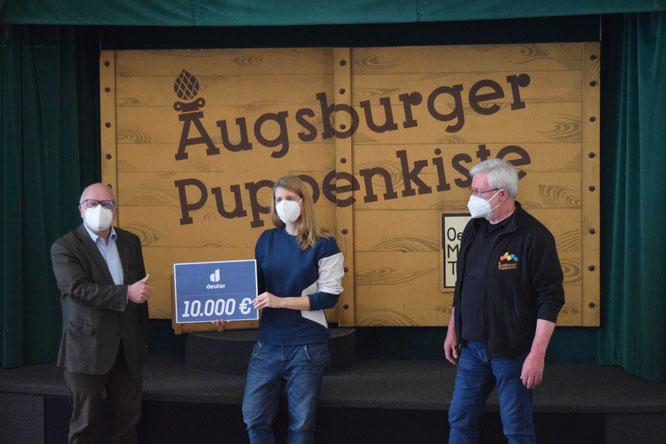 Bildunterschrift v. l. n. r.: Christoph Mayer, Puppenspiel Förderverein, Christina Völlinger deuter Sport GmbH, Klaus Marschall Augsburger Puppenkiste