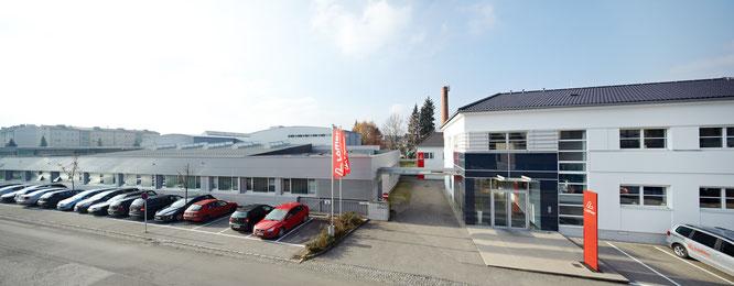 Am Unternehmenssitz Ried im Innkreis, Österreich produziert Löffler mit 210 MitarbeiterInnen klimaneutral. 70% der verwendeten Stoffe werden in der hauseigenen Strickerei hergestellt.  Fotos honorarfrei verwendbar