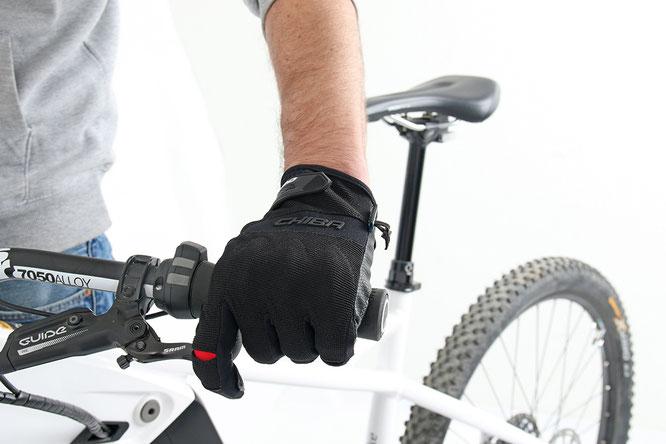 Ein moderner Fahrradhandschuh muss der Anatomie der Hand gerecht werden. ©Chiba