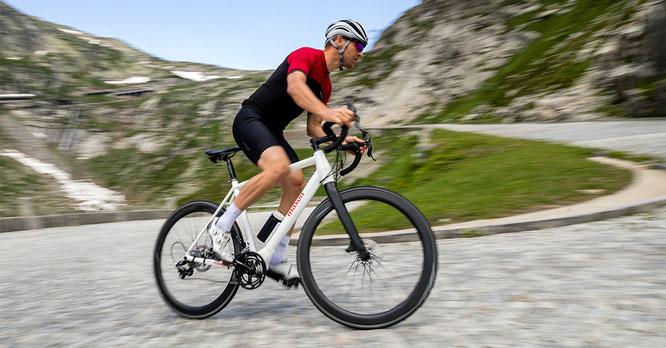 BIKEDRIVE Air – ein leichtes und unsichtbares E-Bike System bestehend aus Mittelmotor, integrierter Batterie und Bedienelement.
