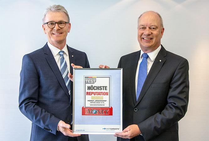"""""""Auf die großartige Auszeichnung sind wir stolz!"""" Das sagen Thomas Schröder (re.), Vorsitzender des Vorstands bei Wertgarantie, und Konrad Lehmann, Wertgarantie-Vorstand. Quelle: Wertgarantie"""