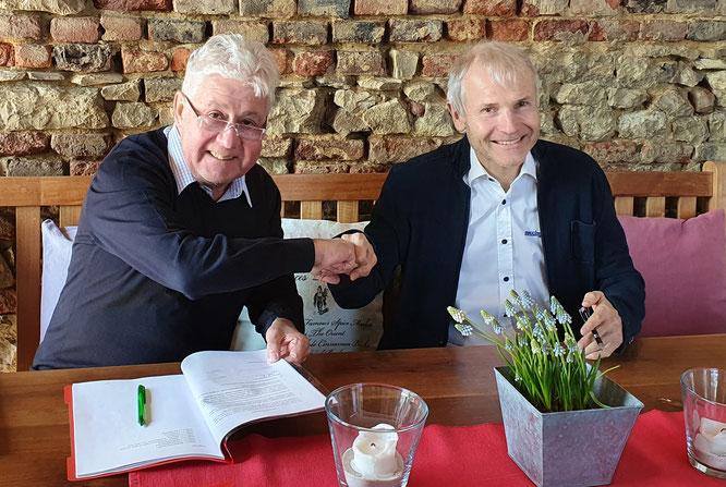Vertragsunterzeichnung: (li.) Christoph Thomas (Hama Geschäftsführer), (re.) Benno Messingschlager (Geschäftsführer Messingschlager)