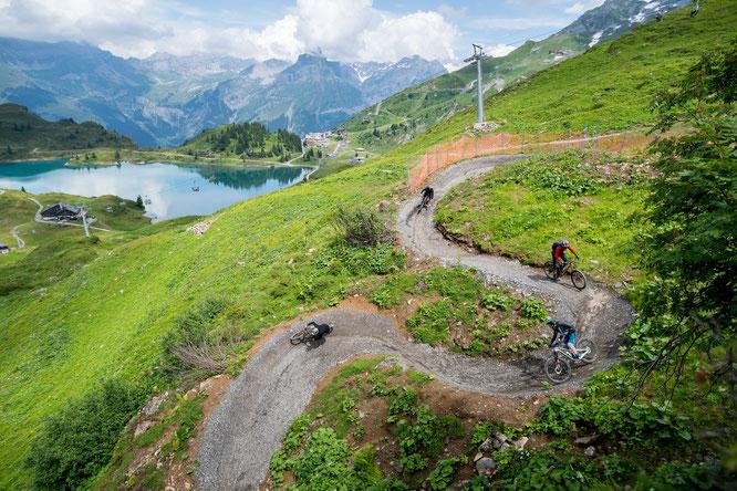 Serpentinen mit Gletscherblick – der Jochpass Trail oberhalb von Engelberg bereichert seit Kurzem das Bike-Angebot im Zentralschweizer Klosterdorf //  Foto: Engelberg-Titlis Tourismus/Fotograf Roger Gruetter