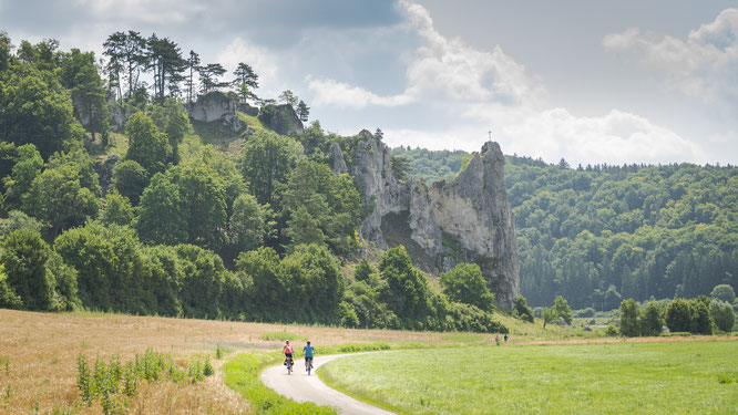 Altmuehltal Radweg mit Burgsteinfelsen ©Naturpark Altmühltal