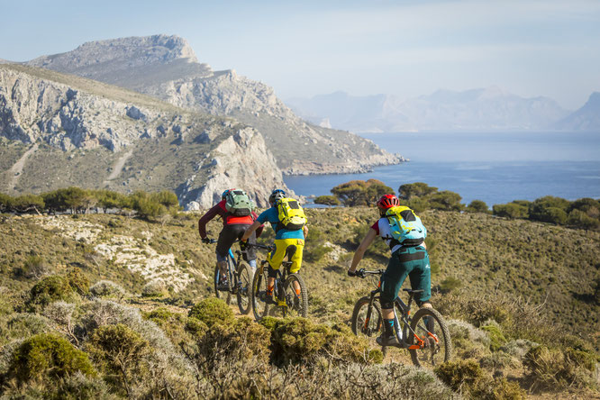 Biken mit Meerblick - Die Inseln der Ägäis bieten abwechslungsreiches und anspruchsvolles Terrain für Mountainbiker jeder Couleur. Bildnachweis: Adrian Greiter