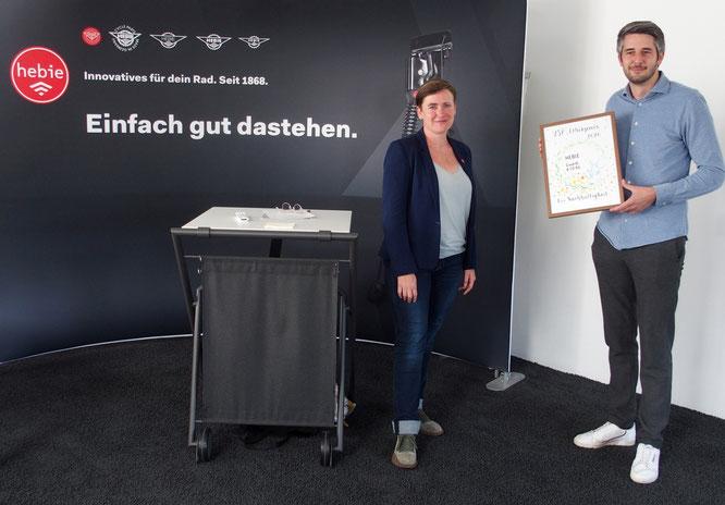 Den mit 1.000 Euro dotierten Preis übergab Hendrikje Lučić im Namen des VSF bei einem Festtermin in Bielefeld an Hebie-Geschäftsführer Christian Junker.