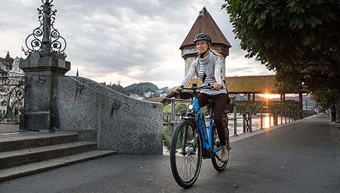 Mit der Kombination aus Fahrradlicht, Reflektoren am Körper und E-Bike sind Sie jederzeit auf der sicheren und sichtbaren Seite unterwegs