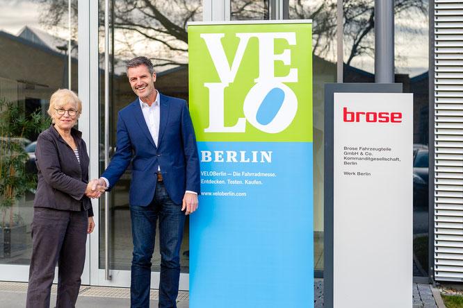 """""""VELOBerlin 2020. Presented by Brose."""" Brose wird exklusiver Hauptsponsor der VELOBerlin 2020. Ulrike Saade (CEO Velokonzept), Dr.-Ing. Thomas Leicht (Leiter Brose Antriebstechnik) Bildrechte: Sebastian Dörken/Velokonzept"""