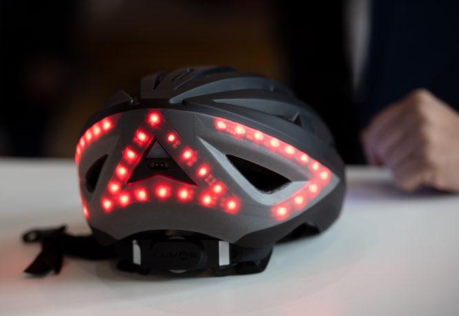 Ein Helm, der leuchtet. Lumos möchte mit dem beleuchteten Helm die Sicherheit seiner Kunden erhöhen – auch ein wichtiger Beitrag zur Mikromobilität. (© Messe Hannover)