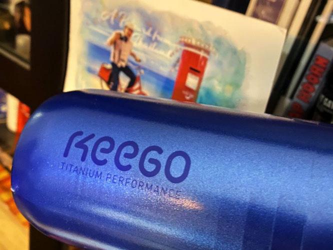 Aufgebaut ist die nur 95 g leichte 750-ml-Flasche von Keego mehrschichtig, sie hat eine Innenfläche aus Titan.