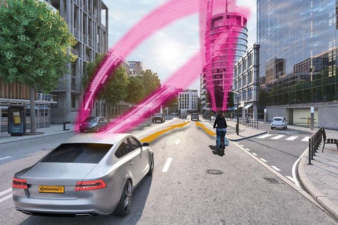 Continental und Deutsche Telekom entwickeln ein System, das vor Unfällen zwischen vernetzten Fahrzeugen und Radfahrern warnt.