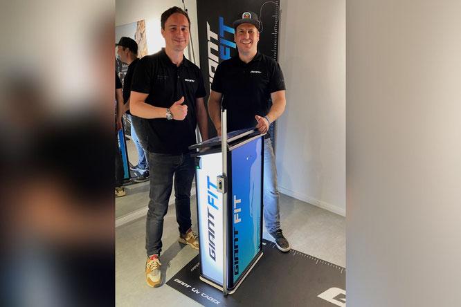 Mario van Bronckhorst vom Giant Store Wegberg (rechts) und Marcel Hollenberg - Retail-Manager der Giant Deutschland GmbH (links).
