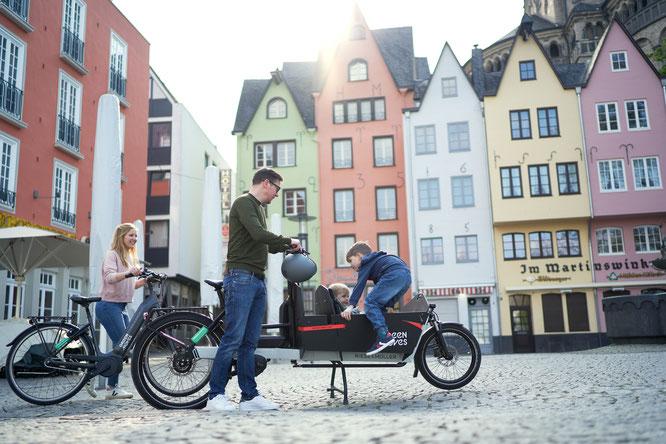 Familie mit E-Bike und E-Lastenrad (Foto: NATURSTROM AG/Green Moves GmbH & Co. KG)