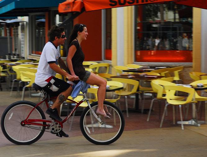 Auf einsitzigen Fahrrädern dürfen Radfahrer Personen nicht mitnehmen. Bild: Pixabay