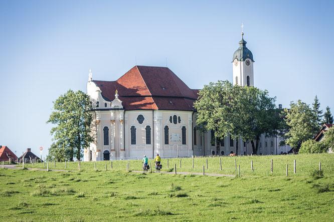 Vorbei an historisch bedeutenden Bauwerken wie der zum UNESCO-Welterbe gehörenden Wieskirche  © oberbayern.de