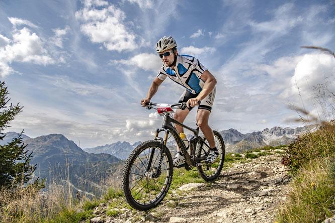 """Bei der neuen """"Steinbock Challenge"""" in St. Anton am Arlberg/Österreich messen sich am 24. August 2019 Hartgesottene auf dem (E-)Mountainbike ©Patrick Bätz"""